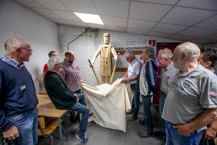 Het kunstwerk 'Palletman' werd gisteren onthuld in de kantine van Smolders houtindustrie in Borkel en Schaft.