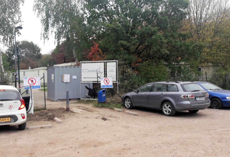 De toegangspoort vanaf het parkeerterrein voor de arbeidsmigranten die op Droomgaard verblijven.