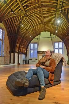 Liggend staren naar de 'ziende kap' van het Stadhuismuseum in Zierikzee