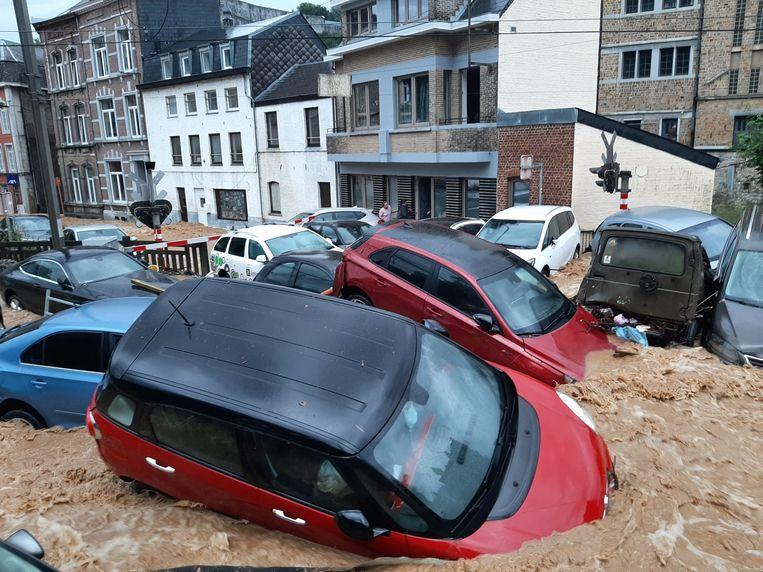 Wegen zijn vernield en wagens werden meegesleurd door de waterstromen in Dinant. Beeld BELGA_HANDOUT