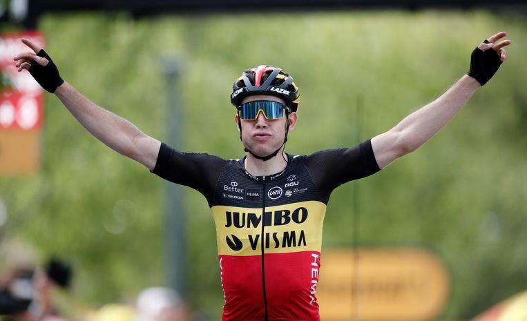 Wout van Aert viert de etappe-overwinning. Beeld Reuters