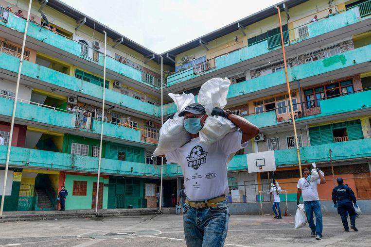 Vrijwilligers leveren voedsel aan arme gezinnen in Panama City. Beeld AFP