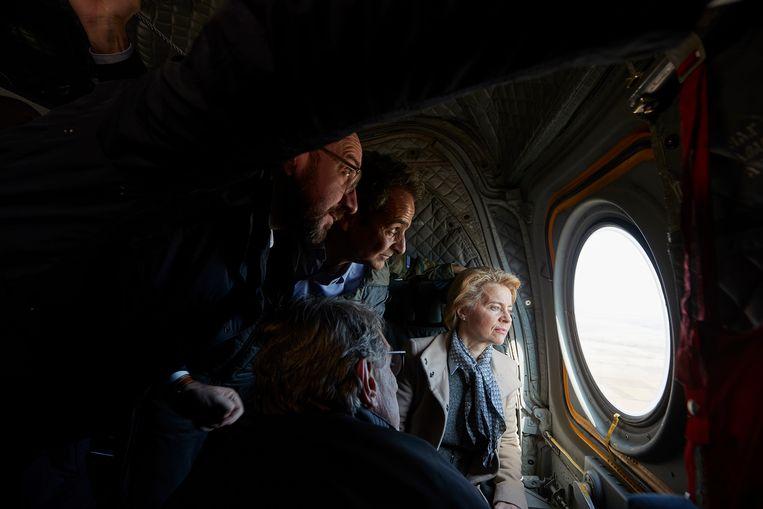 Charles Michel en Ursula von der Leyen vliegen in een helicopter boven de Grieks-Turkse grens waar zich een drama afspeelt.  Beeld EPA