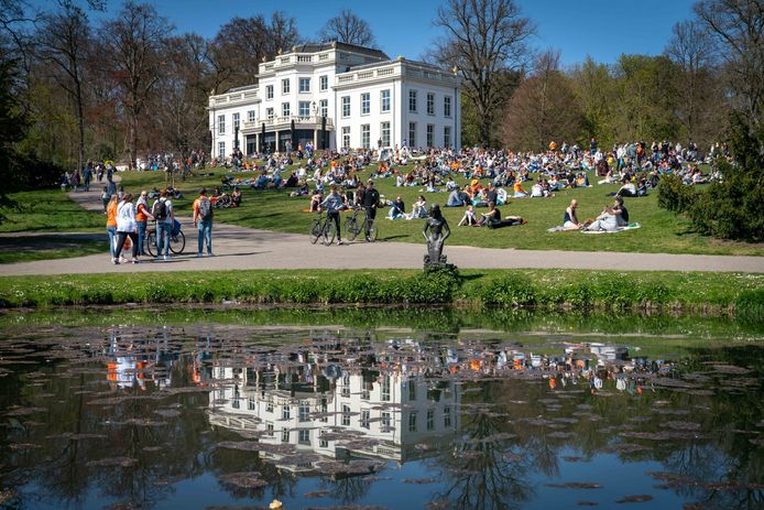 Drukte in het Sonsbeekpark op een zonnige Koningsdag. In de avond moest het park worden ontruimd vanwege de drukte.