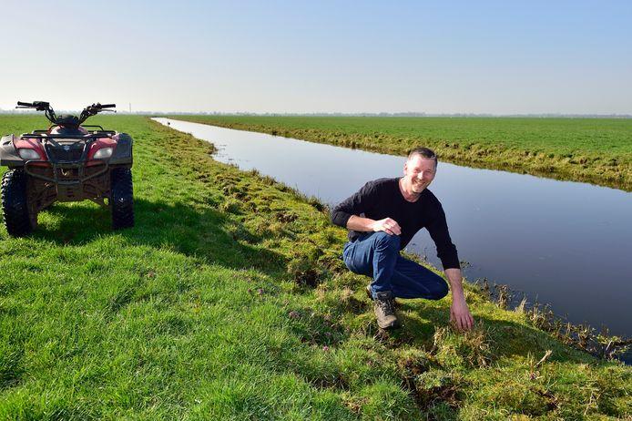 Klaas Graveland uit Stolwijk maait de randen van de slootkant niet zodat kuikens er insecten kunnen vinden en kunnen schuilen voor roofdieren.