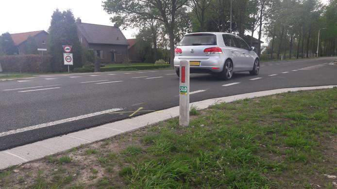 Op de N225 staan nog gele kruizen op het wegdek gespoten op de plek waar woensdag een 78-jarige fietser verongelukte.