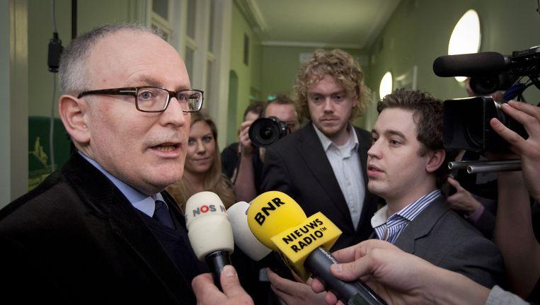 Frans Timmermans staat de pers te woord na afloop van de fractievergadering waar stil werd gestaan bij zijn kritische e-mail over de koers van de partij. Beeld anp
