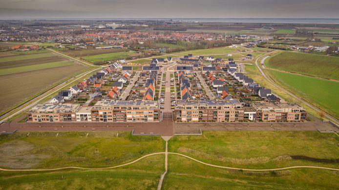 De wijk Veerhaven in Kruiningen, met op de voorgrond de twee appartementencomplexen aan de Ravenstein.