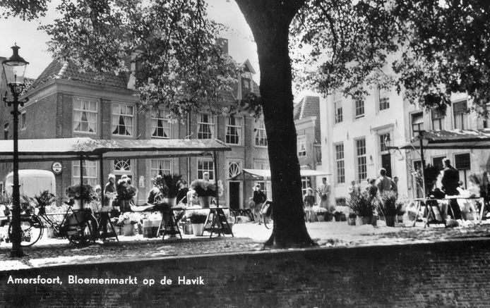 De bloemenmarkt in de jaren 60. Tussen de Vijver links en de Krommestraat staan de twee koopmanswoningen Brielle en Deshima, gebouwd rond 1665.
