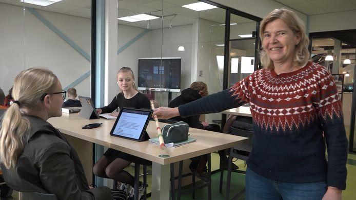 Heidy van den Berg van het Van Kinsbergen college in Elburg doet haar best de pubers op school op afstand van elkaar te laten houden.