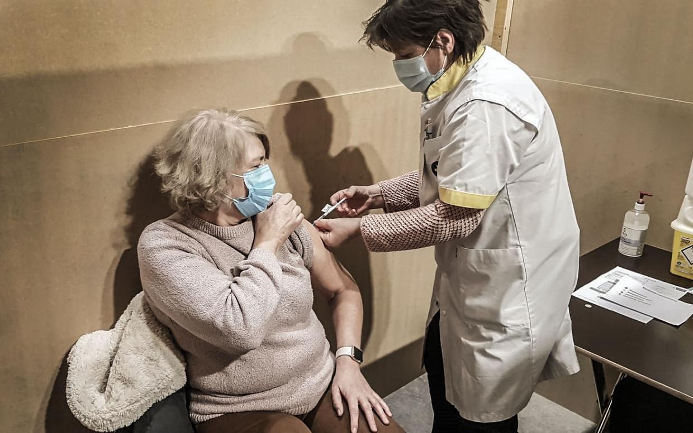 De vaccinatiecentra starten deze week volop op. In sommige centra krijgen de vaccineerders echter enkel een vrijwilligersvergoeding. Beeld Henk Deleu