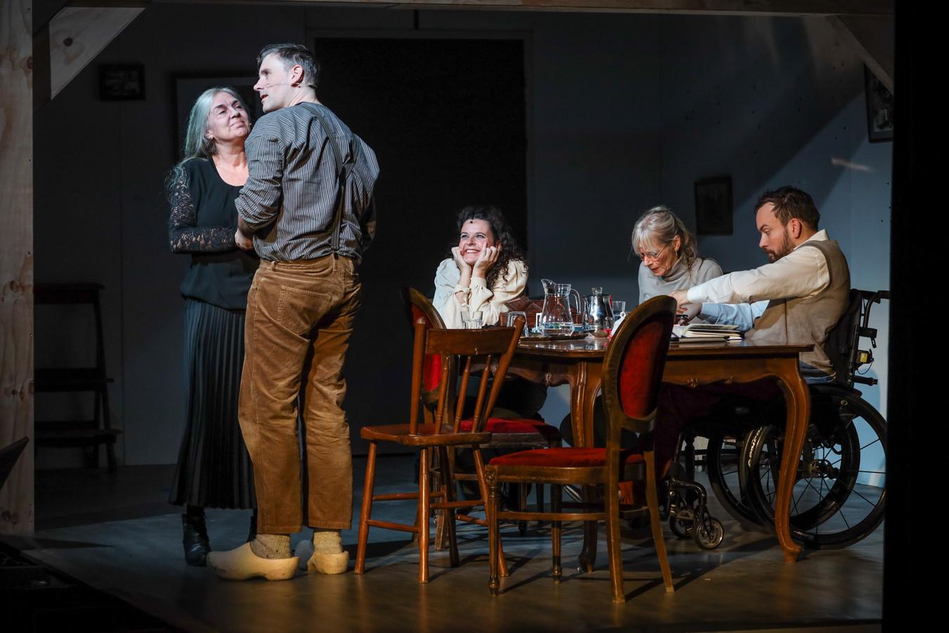 Jeanne Roozendaal-Peters (links) speelt een indrukwekkende rol in het theaterstuk Granaatweken van de Schijndelse Theatergroep Wildeman. Zij vertelt het verhaal over haar verschrikkelijke periode in de schuilkelder in het heden aan haar dochter en kleinzoon.