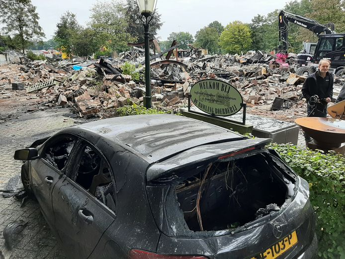 Ook twee auto's vielen ten prooi aan de vlammen.