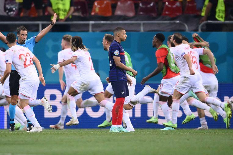 De Franse topspeler Kylian Mbappé mist zijn strafschop, Zwitserland gaat door.  Beeld AFP