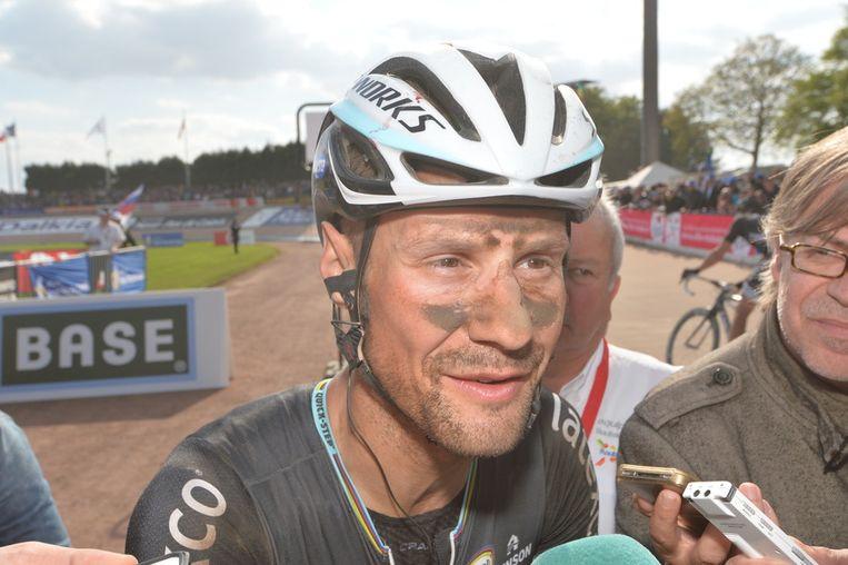 En met stof bedekte Boonen doet zijn verhaal na zijn tiende plaats. Beeld BELGA