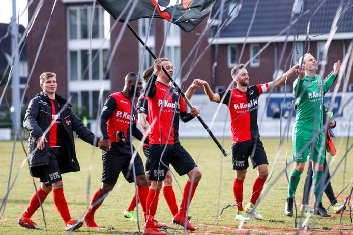 Boy van de Beek zwaait met De Treffers-vlag na de winst in de derby. Uiterst links Niek Versteegen.