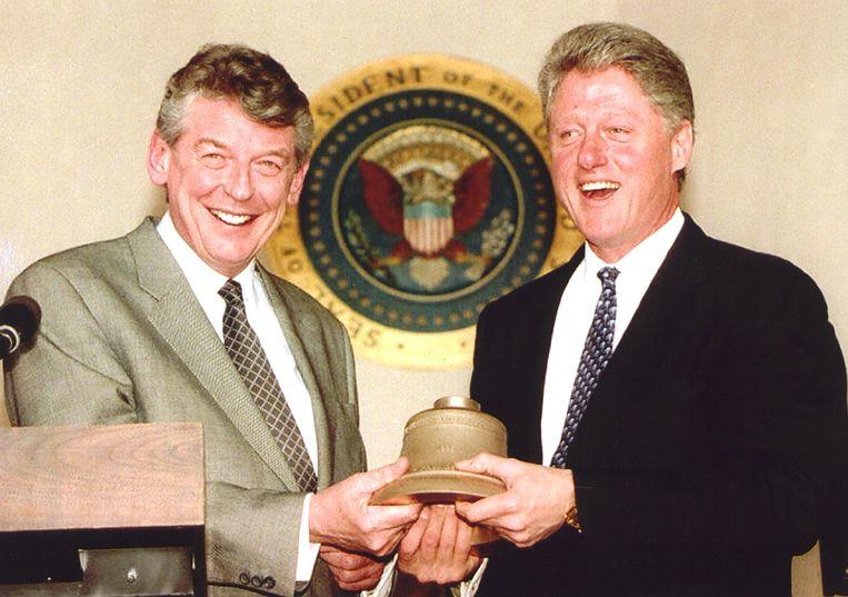 Wim Kok (l) met toenmalig president Bill Clinton in het Witte Huis, 1995. De bel hoort bij een carillon dat Nederland Amerika cadeau deed. Beeld ANP