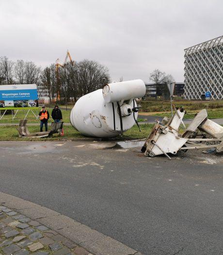 Cementmolen valt van vrachtwagen op rotonde in Wageningen