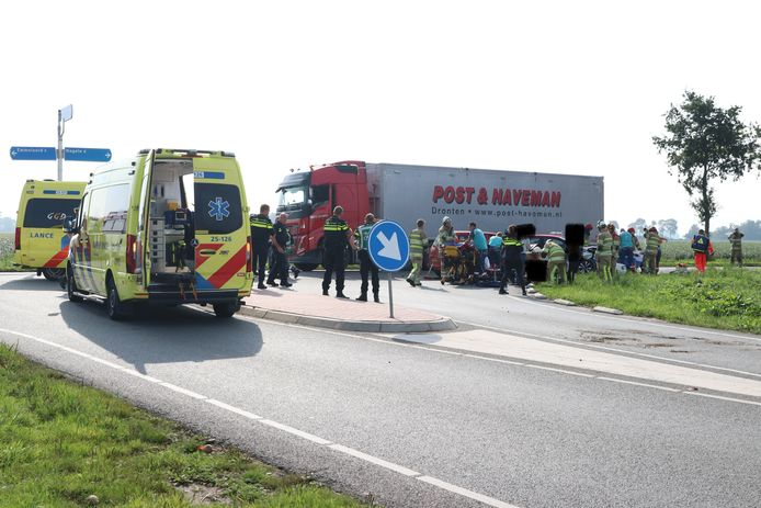 Bij een ernstige aanrijding in Emmeloord zijn zaterdagochtend meerdere personen gewond geraakt.