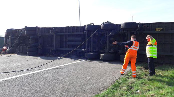 De vrachtwagen kwam dwars over de snelweg te liggen.
