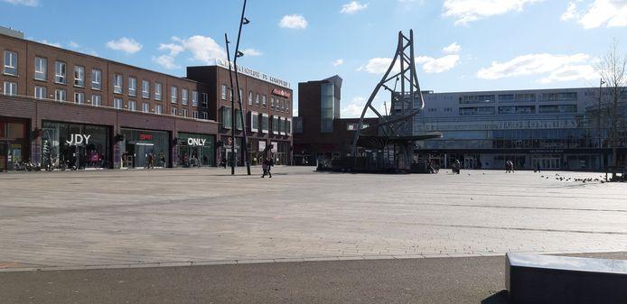 Het Van Heekplein in Enschede, met gesloten winkels vanwege de lockdown.