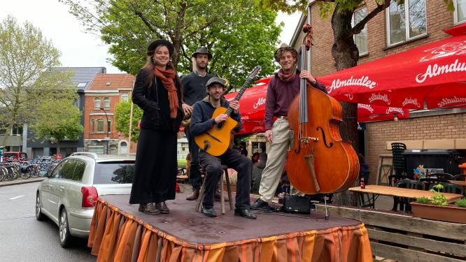 """Rondrijdende band brengt swing aan huis: """"Als de mensen niet naar ons kunnen komen, brengen we muziek naar hen"""""""