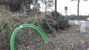 Overal in het buitengebied van Meierijstad zie je groene kabels boven de grond uitkomen, zoals deze op de Vlagheide. Deze zijn voor de aanleg van glasvezel.