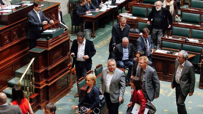 Beglische Kamerleden verlaten de zaal op het moment dat Louis gaat spreken.