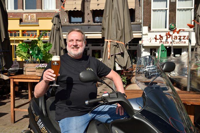 Ton Vergeer van BarBier met het biertje Weerzien.