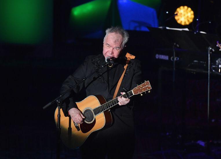 Singer-songwriter John Prine tijdens een optreden bij de Songwriters Hall Of Fame Gala in het New York Marriott Marquis in 2019.  Beeld AFP