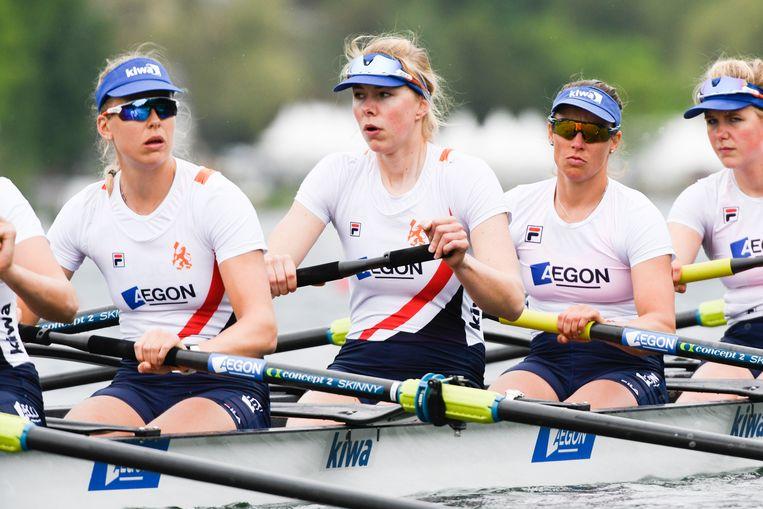 De vrouwen acht met Hermijntje Drenth (midden, zonder zonnebril) na de finish in Luzern. Beeld Merijn Soeters