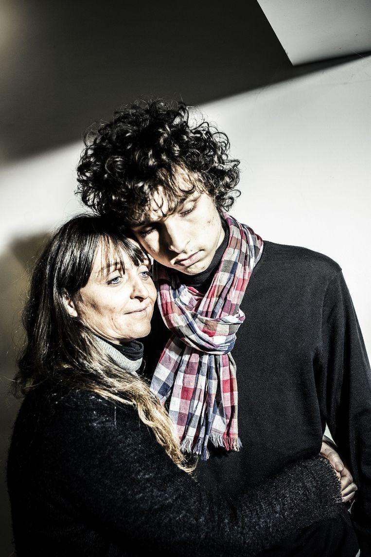 Nathalie Raemdonck met haar zoon Robin, die aan autisme lijdt. Beeld ID/ Franky Verdickt