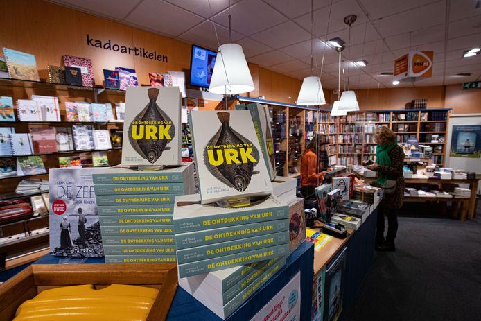 'De ontdekking van Urk' van Matthias M.R. Declercq, bestseller bij 't Boekendal in winkelcentrum Urkerhard.