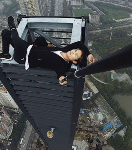 Beroemde dakbeklimmer valt van wolkenkrabber tijdens stunt