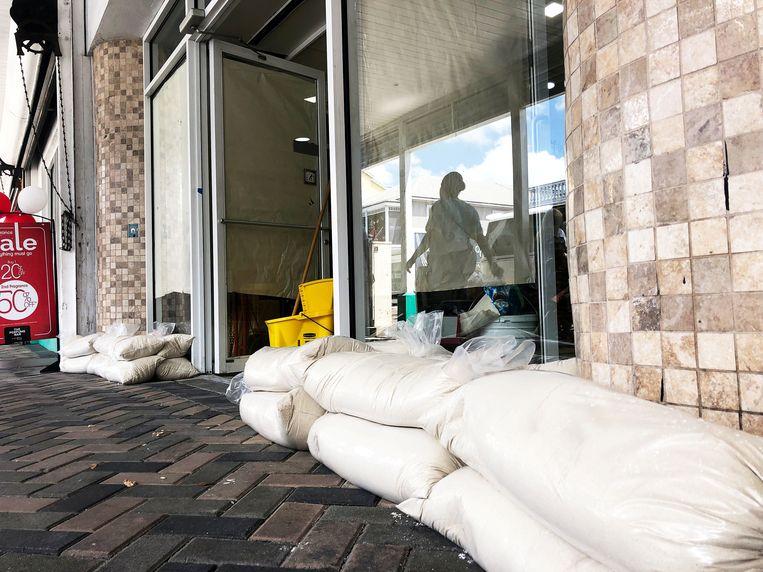 Op de Bahama's worden voorbereidingen getroffen tegen orkaan Dorian. Beeld REUTERS