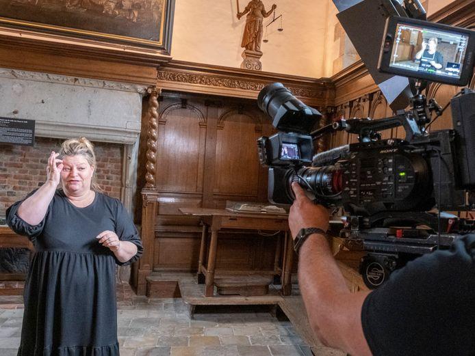 Doven- of gebarentolk Kirsten de Ven 'vertelt' doven en slechthorenden hoe vroeger recht werd gesproken in de Veerse vierschaar, de voormalige rechtszaal in het stadhuis van Veere.