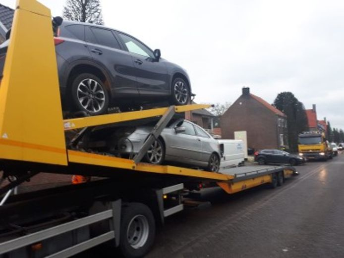 Acht auto's in beslag genomen in het Nederlandse Baarle-Nassau.