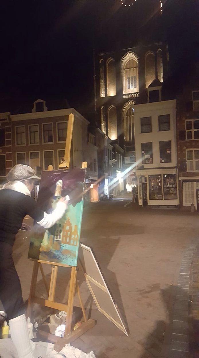 Sophia Anastasia schildert de Dom midden in de nacht in de binnenstad.