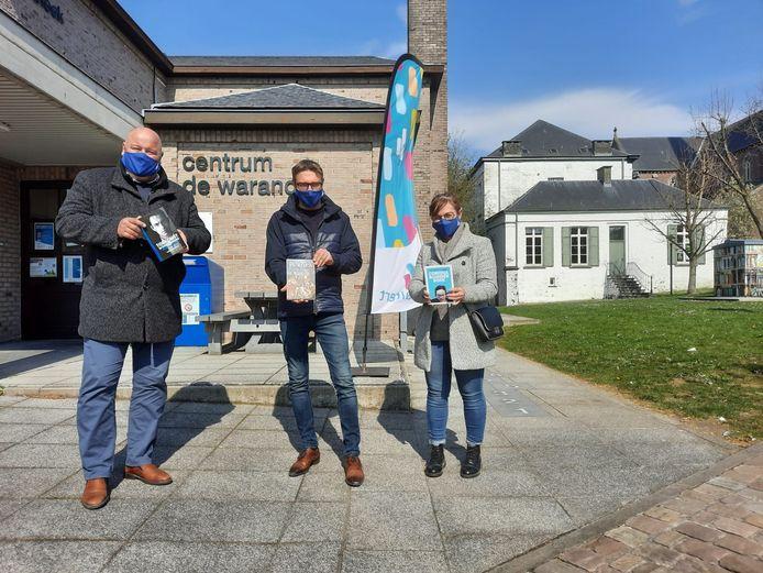 Vlaams Belang Haaltert schenkt boeken van haar eigen partijgenoten aan de bibliotheek.