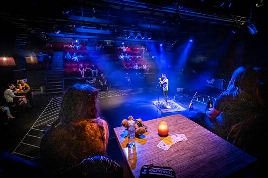 Een optreden in de zaal van de Groene Engel voor 30 mensen met ook publiek op het podium.