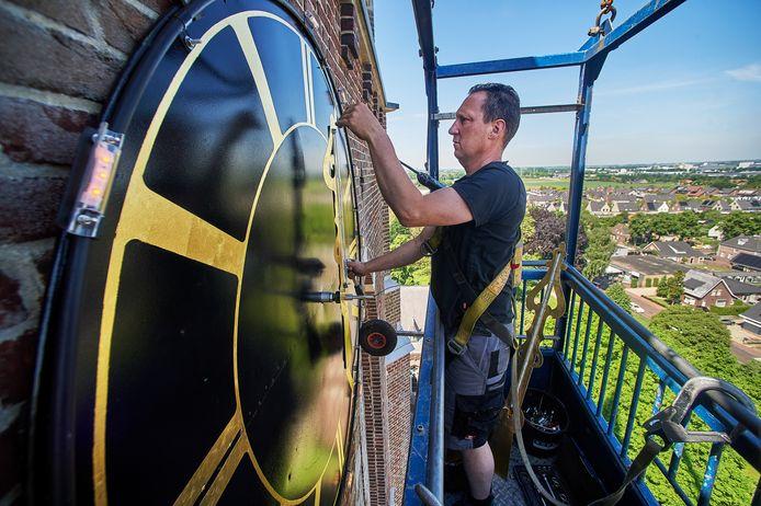 Ralf van Veghel van Daelmans Klokken bezig met het plaatsen van de klokken op de kerktoren te Berghem. Fotograaf: Van Assendelft/Jeroen Appels