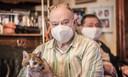 Quirin Pinte (65) uit Ieper is maar wat blij dat hij z'n kater Guus weer bij zich heeft.