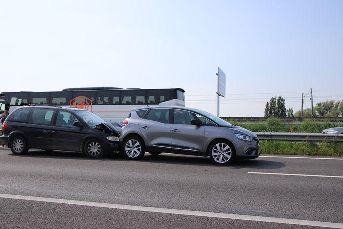 Een personenauto is tegen de auto die voor hem reed gebotst op de A15 ter hoogte van Wadenoijen.