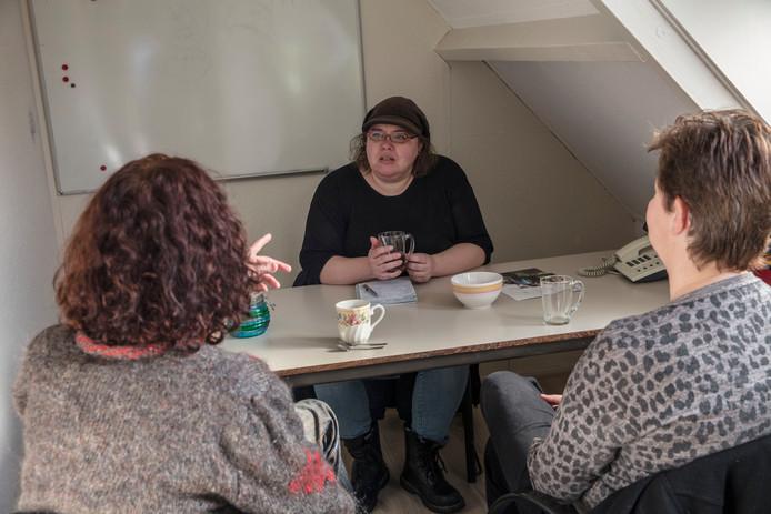 Coördinator Femke Schalk in Helmond in gesprek met twee steunouders.