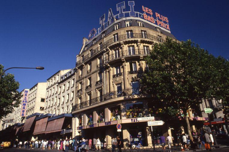 Veel Tati-filialen werden de afgelopen jaren al gesloten en eind 2020 verdwijnt ook de laatste winkel waar het allemaal begon aan de Boulevard Rochechouart in Parijs. Beeld Gamma-Rapho via Getty Images