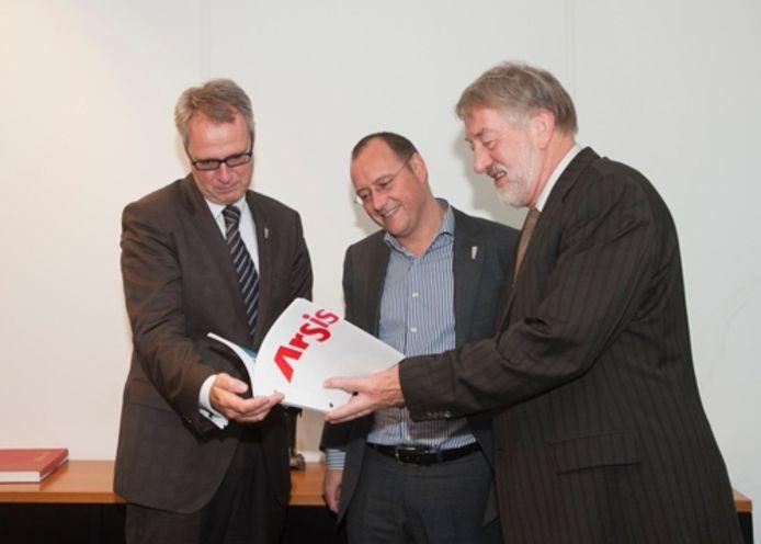 Bert van der Stoel (rechts) overhandigde in 2012 het boek 'Tien jaar Arsis' aan toenmalige burgemeester Han Polman.
