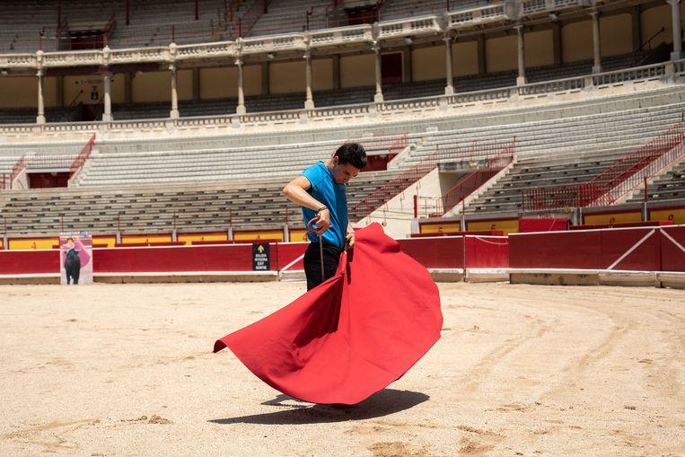 Toreador Pablo Hernández oefent in de lege arena van Pamplona. De stierengevechten zijn dit jaar afgelast. Beeld Cesar Dezfuli