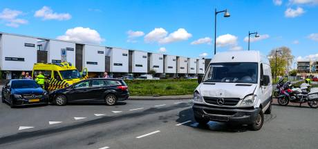 Drie voertuigen betrokken bij ongeval in Apeldoorn, uit bestelbus lekt grote hoeveelheid vloeistof