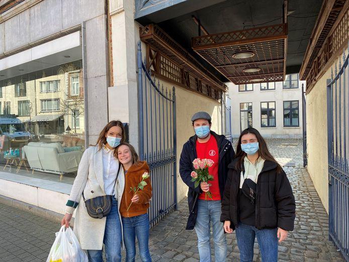 Jongsocialisten Hasselt zette vandaag, op Internationale Vrouwendag, de vrouwen in de Hasseltse binnenstad in de bloemetjes.