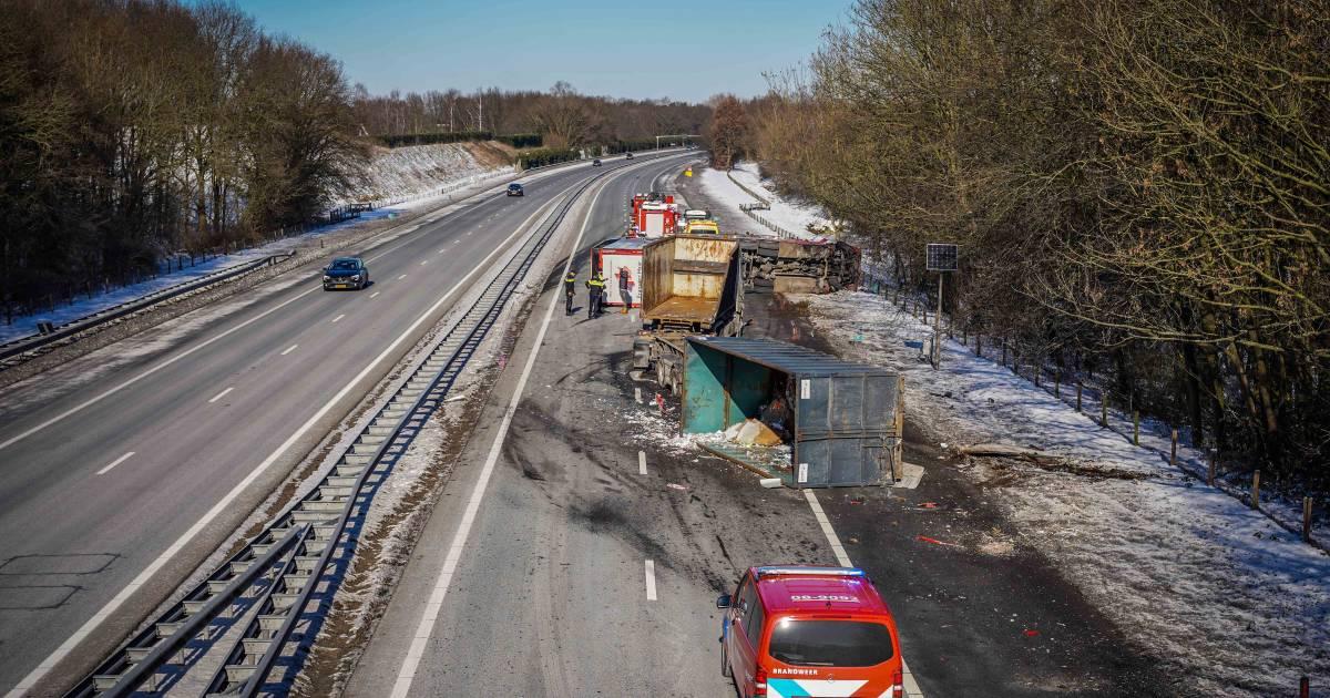 Grote ravage door botsende vrachtwagens op A50 bij Hernen, één vrachtwagen gekanteld: snelweg voorlopig dicht.